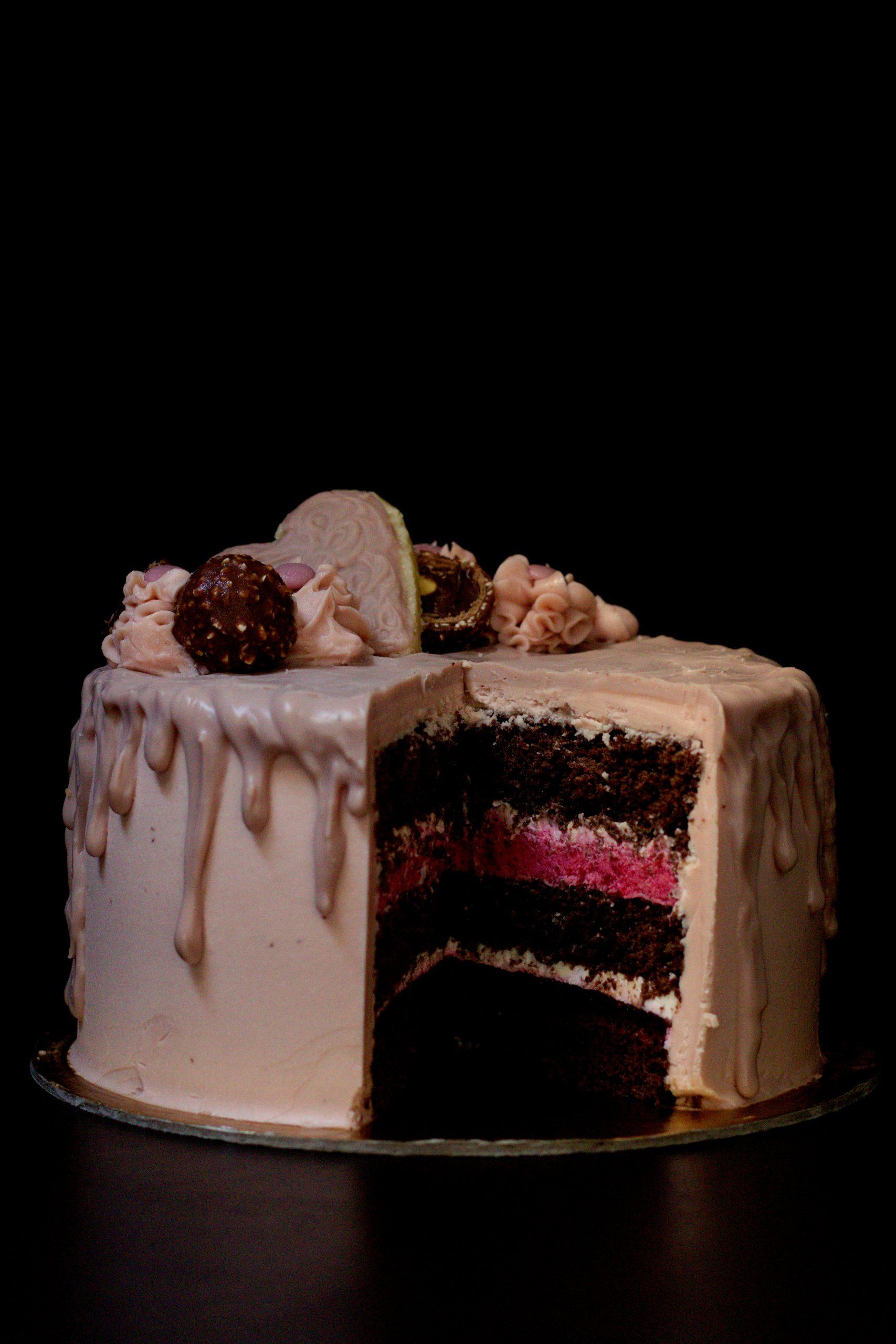Tort malinowy z naturalną, różową czekoladą