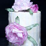 Tort porzeczkowy z waflowymi piwoniami